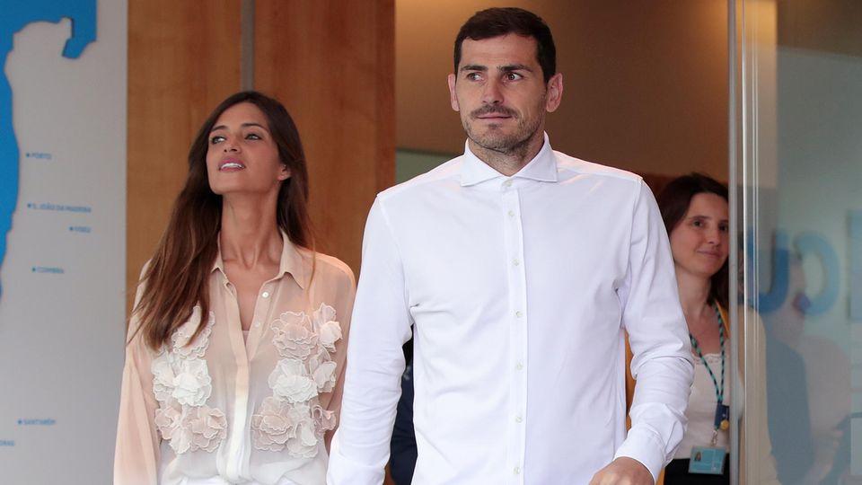 Iker Casillas verlässt mit seiner Frau Sara Carbonero ein Krankenhaus