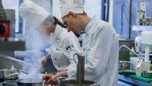 Laues Gehalt: Nach ihrer Ausbildung verdienen Köche rund 22.000 Euro