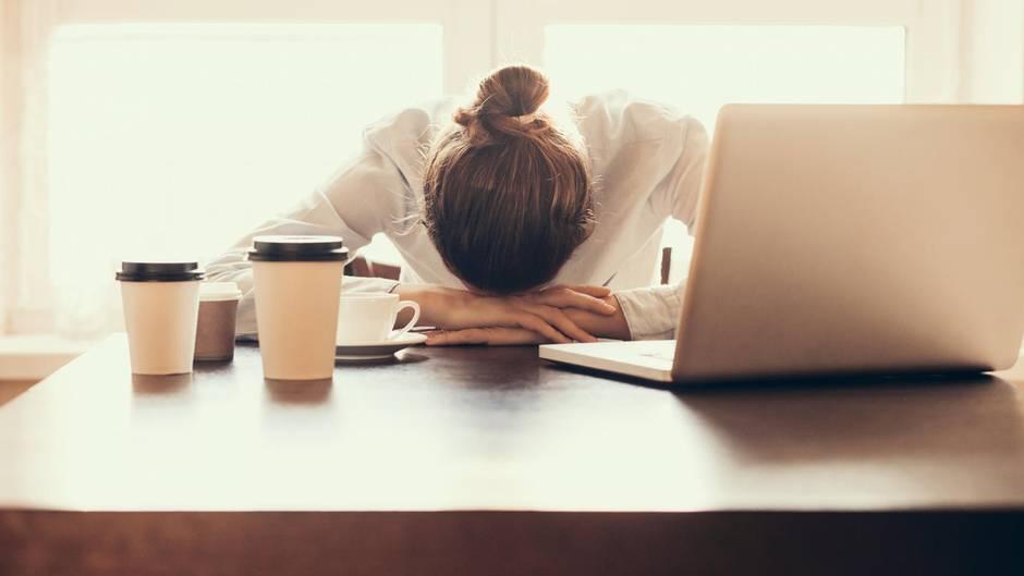 Sie verlassen sich auf Kaffee als Energiequelle  Kaffee gibt am Morgen einen kurzen Energieschub. Für langfristige Energie aber ist Kaffee kontraproduktiv. Koffein stimuliert, der Körper gewöhnt sich aber auch an die Dosis und braucht dementsprechend immer mehr vom belebenden Getränk. Das heißt nicht, dass Sie auf Kaffee verzichten müssen. Konzentrieren Sie sich aber auchauf ausreichenden Schlaf und eine ausgewogene Ernährung.
