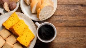 Sie essen nur Kohlenhydrate zum Frühstück  Wenn Sie nach einer Schüssel Cornflakes oder Toastbrot nach kürzester Zeit wieder hungrig werden, liegt das daran, dass sie leere Kalorien zu sich genommen haben. Lesen Sie mehr dazu hier. Besser man frühstückt keine leeren Kohlenhydrate und greift stattdessen zu Haferflocken und Obst. Das ist reich an Ballaststoffen und komplexen Kohlenhydraten. Die sorgen für ein langanhaltendes Sättigungsgefühl und fördern gleichzeitig die Verdauung.