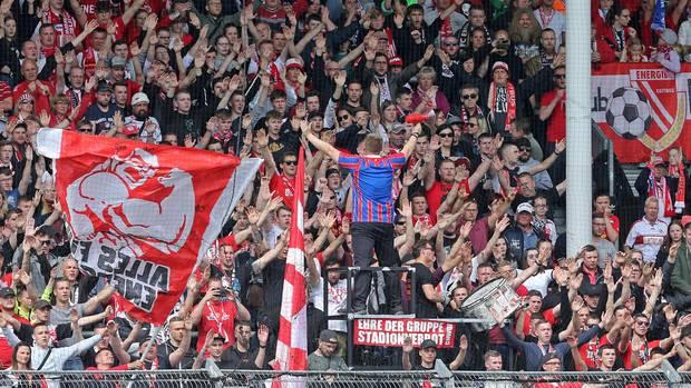 Fans des FC Energie Cottbus im Stadion der Freundschaft
