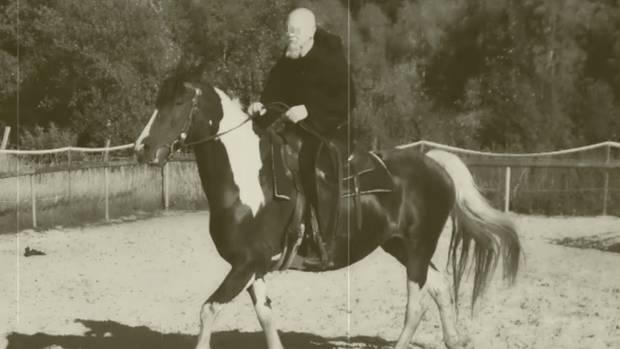 Torsten W. mit schwarzer Kutte auf seinem Pferd. Das Bild stammt von der Facebookseite des Mittelaltervereins.