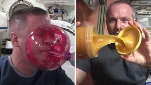 Astronauten mit Essen in der Schwerelosigkeit