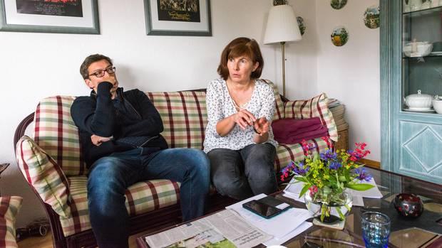Carinas Eltern im Wohnzimmer im Westerwald