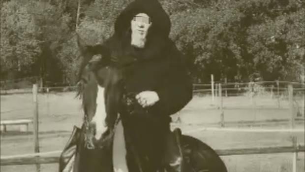 Ein Video seiner Gruppezeigt Torsten W. in schwarzer Kutte auf einem Pferd reitend