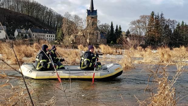 Schlauchboote, Feuerwehr und Spürhunde wurden eingesetzt, um Christian zu finden