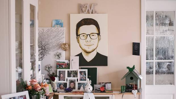 Im Haus seiner Eltern erinnern Fotos und ein großes Porträt an Christian