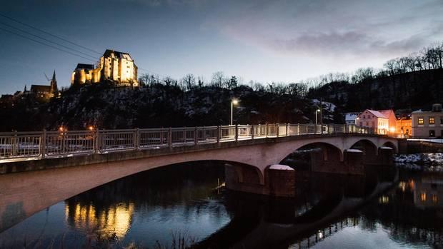 Die Kleinstadt Leisnig, der Fluss Mulde, über dem Fluss die Fußgängerbrücke. Hier wurden am 1. Januar 2019 Jacke und Papiere des Studenten Christian Morgenstern gefunden.
