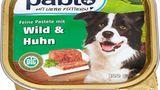 """Netto Marken-Discount  Pablo Feines Ragout mit Truthahn, Lamm & Gemüse  Huhn, Pute, Schaf, Schwein  Portionspreis: 1,53 Euro  Note: SEHR GUT (1,4)  Urteil:  """"Versorgt Hunde ausgewogen mit allen notwendigen Nährstoffen. Die Fütterungsempfehlungen stimmen, beziehen sich aber nur auf Hunde bis 22 Kilogramm."""""""