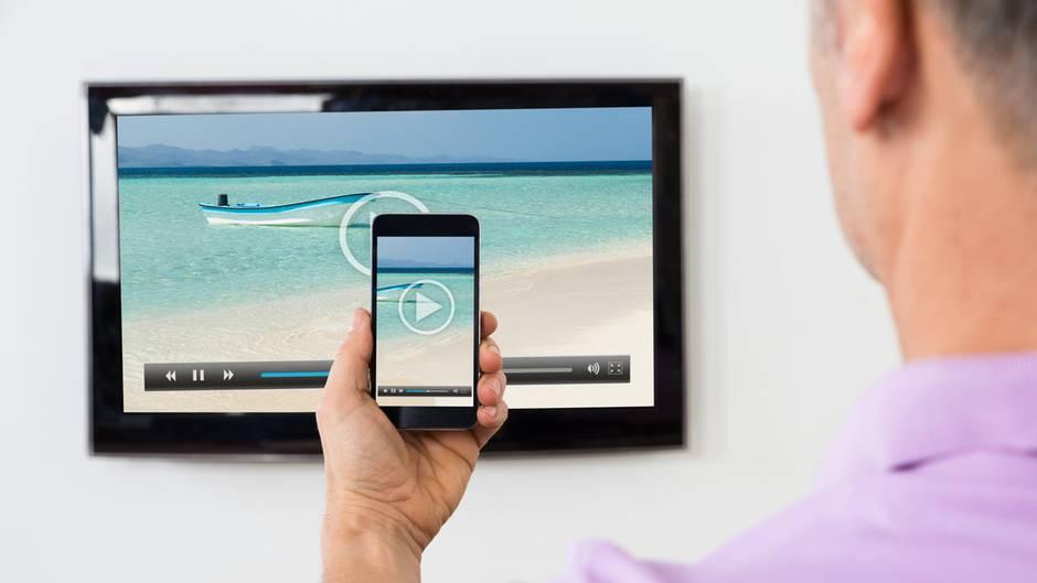 handy mit dem fernseher verbinden so gelingt es. Black Bedroom Furniture Sets. Home Design Ideas