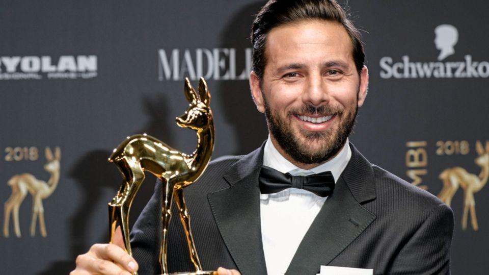 2018 bekommt Claudio Pizarro ein goldenes Reh für seine Karriere