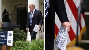 Donald Trump hält in seiner linken Hand einen Zettel mit handgeschriebenen Notizen