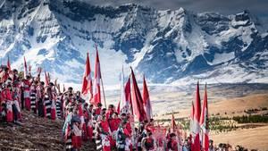 Peru / Berg-Wanderung  Fahnen, Essen, ein ganzes Zeltdorf tragen die Pilger den Berg Qullqip'unqu hinauf bis zu 4700 Meter Höhe. Hier feiern sie Fronleichnam. In die katholischen Riten mischen sich alte Traditionen der Sternanbetung für eine gute Ernte. Vom Berg brachten sie einst Blöcke des Gletschers – als Weihwasser. Das ist heute verboten, zu sehr ist das ewige Eis geschmolzen.