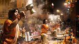 Indien / Feuerlicht  Zu Beginn ertönt ein Muschelhorn am Fluss Ganges in Varanasi. Dann beginnen die jungen Priester zu Zimbelklängen Feuerlampen zu schwenken. Das Aarti-Ritual wird von gläubigen Hindus täglich abgehalten. Es soll in der Konzentration auf die Elemente und Bewegung den Menschen näher zu Gott bringen. Und Gott näher an die Menschen.