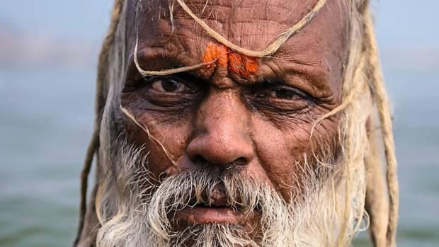 Indien / Askese  Sadhu Baba Laxman nimmt ein Bad im Fluss Ganges in Varanasi. Mönche wie er leben meist in Isolation, zurückgezogen auf Bergen oder in Wäldern, ohne eigenen Besitz. Gläubige geben ihnen, was sie zum Leben brauchen. Und verehren die heiligen Männer im ganzen Land.