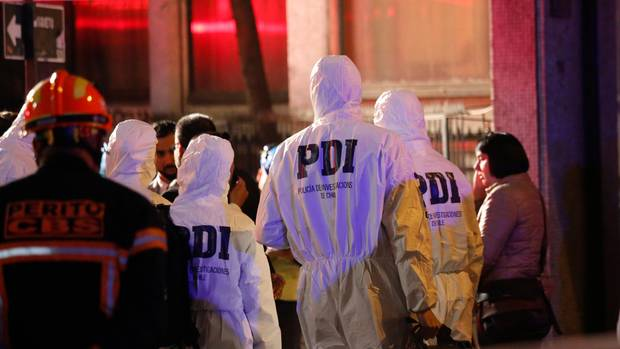 Polizisten treffen am Einsatzort in Chile ein an dem sechs brasilianische Touristen tot entdeckt wurden