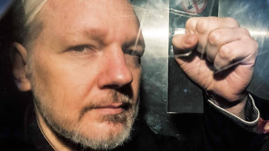 Julian Assange in einem Gefängniswagen in London