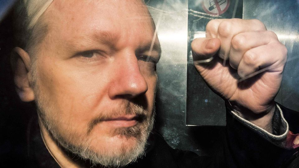 Julian Assange in einem Gefängniswagen in London