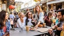 Straßenessen: In der Nakhman Street in Jaffa, Tel Avivs ältestem Stadtteil, reiht sich ein Lokal ans andere