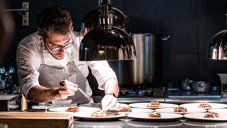 Die hohe Kunst des Kochens: Mit einer Pinzette legt Raz Rahav Portulakblätter auf die Entenfilets. Sein Restaurant OCD gilt als eines der besten der Stadt.