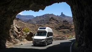 """Der Grand California basiert auf dem großen Van von Volkswagen, dem Crafter. Der altbekannte California ohne den Zusatz """"Grand"""" baut auf dem deutlich kleineren VW-Transporter auf."""