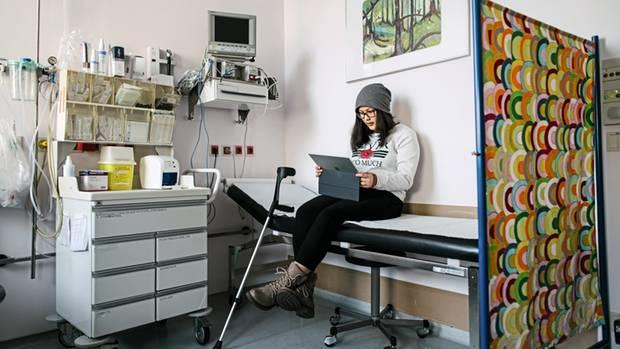 Klassenzimmer: In der Klinik wartet Marisol auf die Schwester – und guckt Unterricht