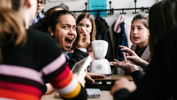 Voll da: Marisols Avatar steht mittendrin, auf dem Schreibtisch ihrer Freundinnen – bei der Gruppenarbeit, beim Quatschmachen