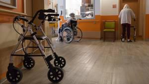 Ein Rollator steht auf einem Flur in einem Seniorenheim