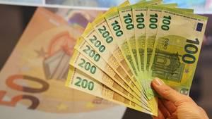 Ab28. Mai gibt die Deutsche Bundesbank neue 100-Euro- und 200-Euro-Scheine mit verbesserten Sicherheitsmerkmalen aus.