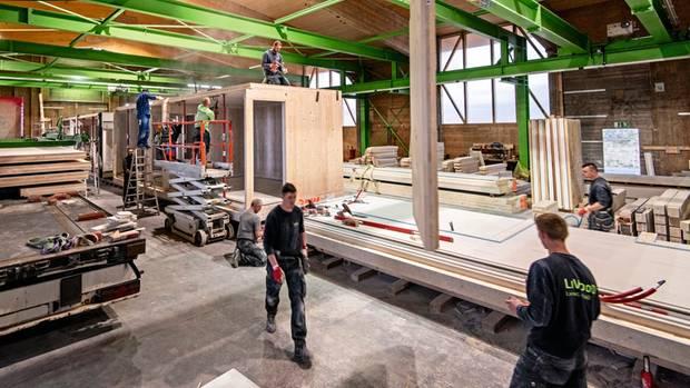 """Die Holzmodule liefert eine nahe """"Feldfabrik"""". Montieren, fertig!"""