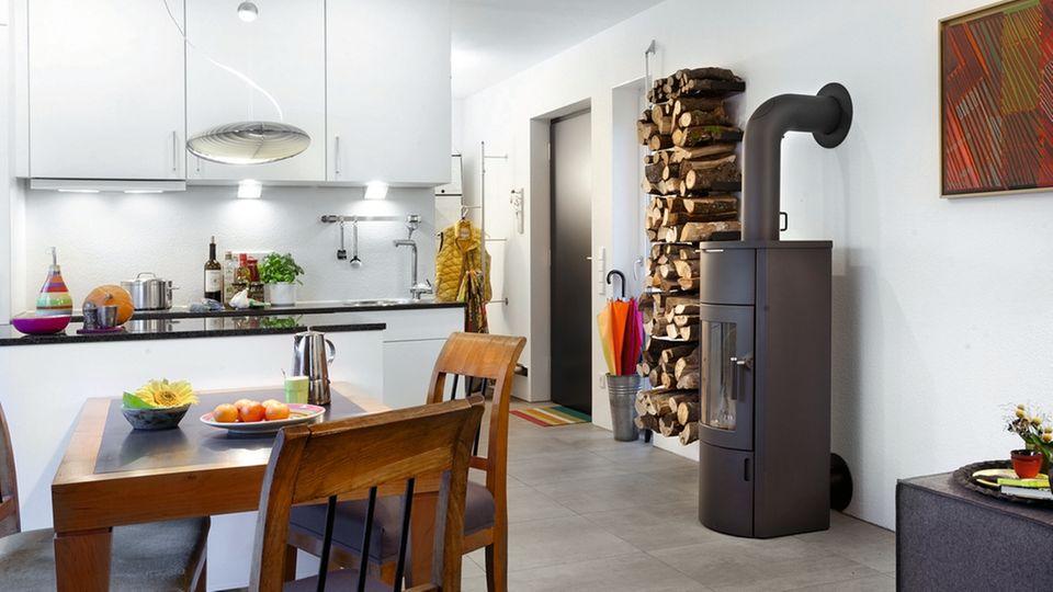 Auf 50 Quadratmetern haben Armin und Dagmar Kohler alles, was sie brauchen: Wohnbereich mit Küche, Schlafzimmer, Bad mit Dusche, kleine Kammer. Schlüsselfertig und transportabel für etwa 110.000 Euro – günstiger als eine Zweizimmerwohnung im nahen Tübingen.