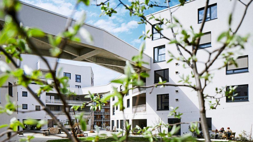 """""""Wir entziehen uns der Marktlogik"""", sagt Sarina Pfand. Sie wohnt mit ihrer Familie in einer Wohnung, die es eigentlich gar nicht geben dürfte – jedenfalls nicht in München: vier Zimmer für zwölf Euro pro Quadratmeter, Sauna und Gemeinschafts-Dachterrasse inklusive."""