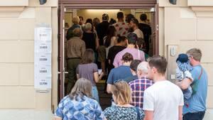 Europawahl 2019: Schlange vor Wahllokal in Dresden