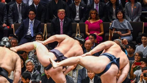 Donald Trump und First Lady Melania bei einem Sumoringen-Wettkampf in Tokio