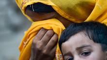 Pakistan: Eine Mutter eines HIV-Infizierten Kindes weint