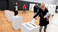 Eine Wählerin wirft ihren Stimmzettel in Aarhus, Dänemark, in die Wahlurne