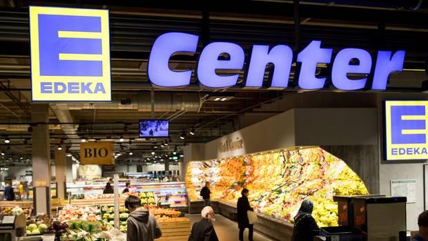 Edeka-Kunden laufen durch eine Filiale des Einzelhändlers