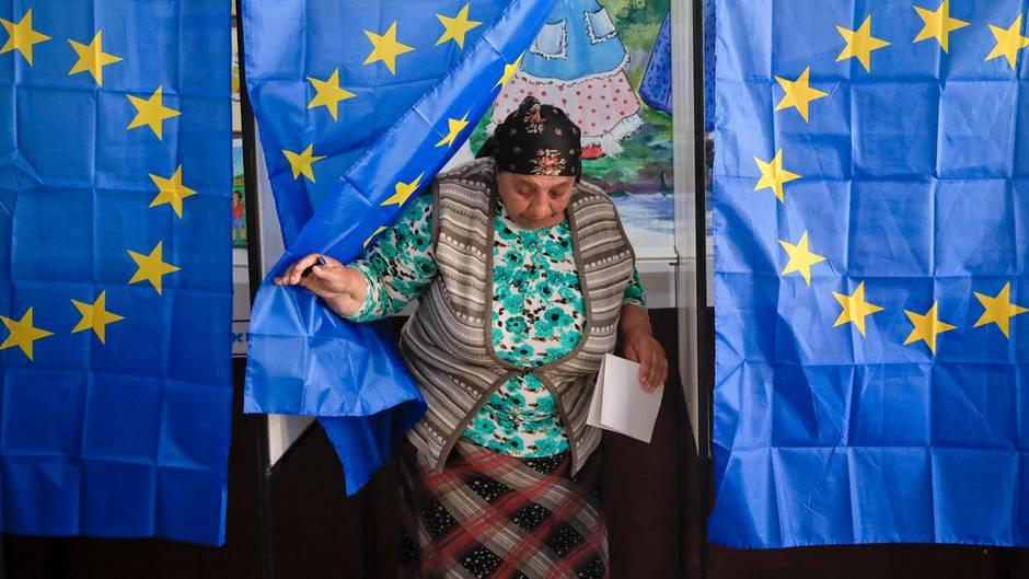 Rumänien, Baleni: Eine Frau verlässt eine Wahlkabine in einem Wahlbüro für die Europawahl.