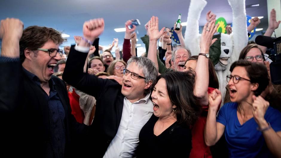 Bundesgeschäftsführer der Grünen, Sven Giegold, Abgeordneter der Grünen im Europaparlament, Annalena Baerbock, Grünen-Vorsitzende, und Hannah Neumann, Europawahl-Kandidatin, jubeln nach der Bekanngabe der ersten Prognose für die der Europawahl.