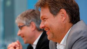 Robert Habeck und Sven Giegold von den Grünen bei einer Pressekonferenz nach den Europawahlen