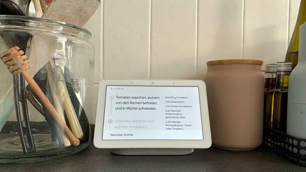 Beim Kochen zeigt das Home Hub links den aktuellen Schritt und rechts die Zutatenliste