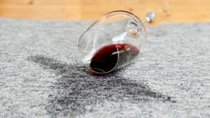"""Alkohol gehört zu den anerkannten Drogen unserer Gesellschaft: Wie eine Abhängigkeit das Leben verändern kann, erzählt eine trockene Alkoholikerin im neuen """"Drugs""""-Podcast."""