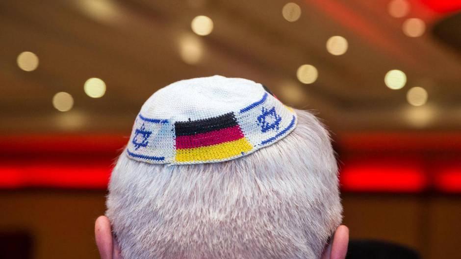 Ein Mann trägt eine Kippa mit eingearbeiteten israelischen und deutschen Fahnen. Geht es nach demAntisemitismus-Beauftragten der Bundesregierung, könnte man diese Kopfbedeckung am kommenden Samstag in Deutschland besonders häufig sehen.