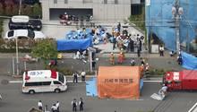 Rettungskräfte versorgen die Opfer am Tatort in Kawasaki