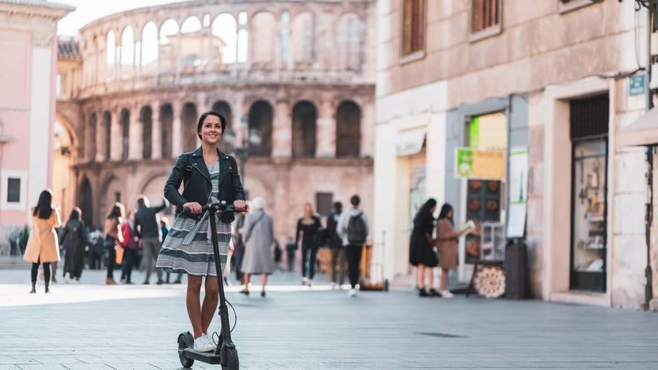 E-Scooter kommen bei den Leuten so gut an, dass sie auf das Auto verzichten. Eigentlich sollte das kein Problem sein, sondern begrüßt werden.