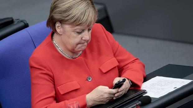 Angela Merkel checkt ihr Smartphone