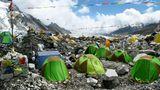 Ausgangspunkt für alle Besteigungen von der nepalesischen Südseite ist das Base Campauf dem Geröll des Khumbu-Gletschers in 5400 Metern Höhe.