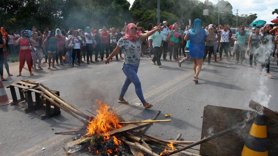Brasilien, Manaus: Angehörige von Gefängnisinsassen fordern Informationen über die Unruhen im Anisio Jobim Gefängnis.