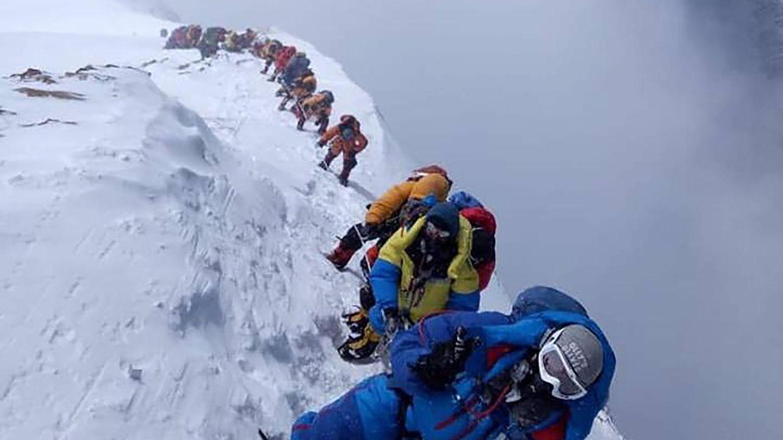 Der Aufstieg nimmt mehrere Tage in Anspruch. Ab 7500 Metern beginnt die Todeszone. Über weite Strecken sind Fixseile gespannt, und die meisten Alpinisten tragen Atemmasken mit Sauerstoffversorgung aus Flaschen.