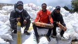 Alles andere als nachhaltig: Per Armeehubschraubern werden die Säcke und die weggeworfenen, leeren Sauerstofflflaschen der Bergsteiger ausNamche Bazar ausgeflogen.